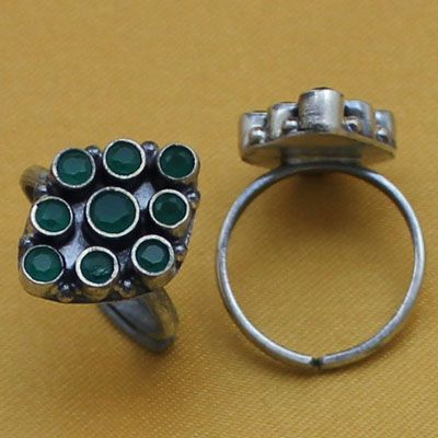 Rhombus shape silver toe ring with green stone